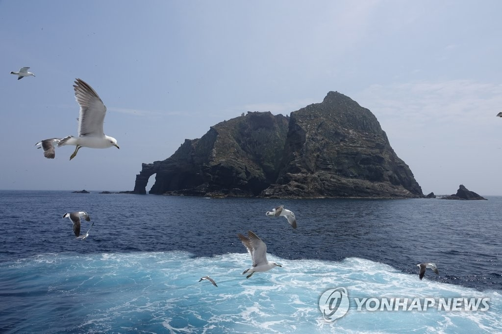 资料图片:独岛上空自由飞翔的海鸥(韩联社)