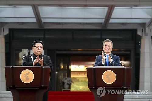 资料图片:4月27日,韩朝领导人在板门店会谈后发表联合宣言。(韩联社)