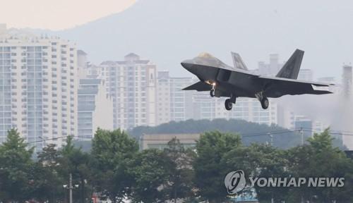 """资料图片:参加""""超级雷霆""""联合空中演习的F-22战机(韩联社)"""