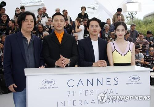 左起依次是导演李沧东、刘亚仁、史蒂文·延、全钟瑞。(韩联社/路透社)
