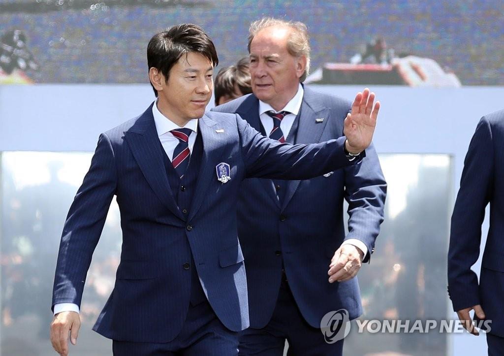 主教练申台龙向台下人群挥手致意。(韩联社)