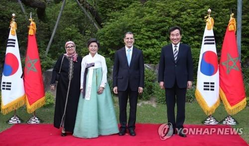 5月21日晚,韩国总理李洛渊(右)夫妇在首尔国务总理公馆会晤摩洛哥首相奥斯曼尼夫妇。(韩联社)