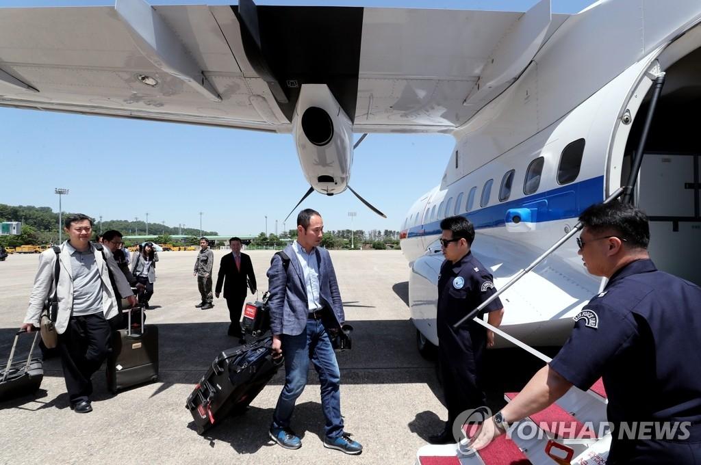 韩记者团启程赴朝采访核试验场废弃仪式
