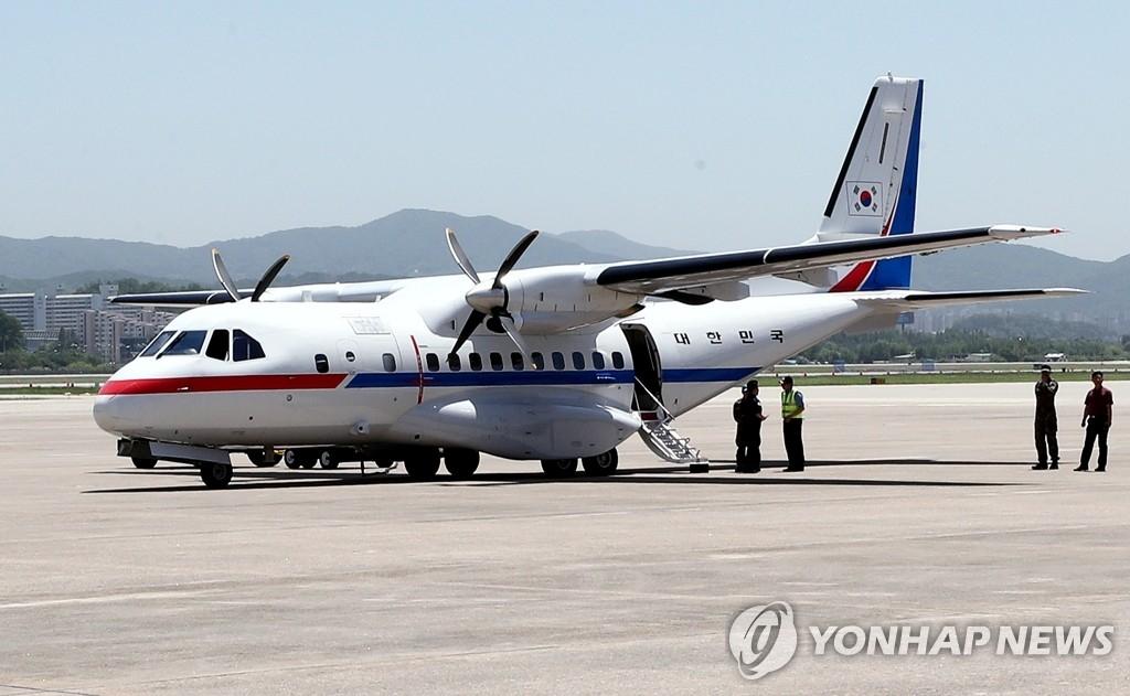 5月23日下午,在首尔机场,采访丰溪里核试验场废弃仪式的韩国记者团即将搭乘韩国政府运输机前往朝鲜江原道元山。(韩联社/联合采访团)