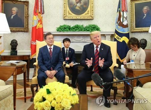 当地时间5月22日,在美国白宫,韩国总统文在寅(左)同美国总统特朗普共同会见记者。(韩联社)