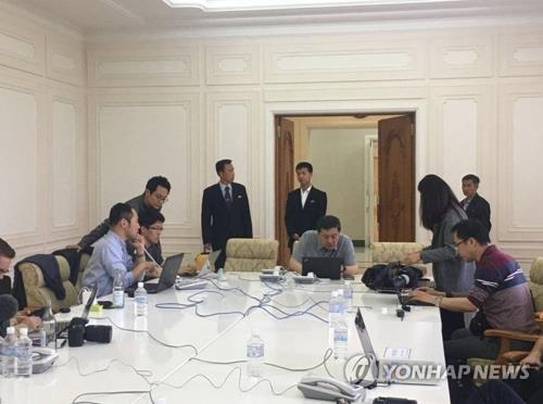 资料图片:5月23日,采访朝鲜核试验场关闭仪式的韩国记者团抵达元山媒体中心。(韩联社/新华社推特)