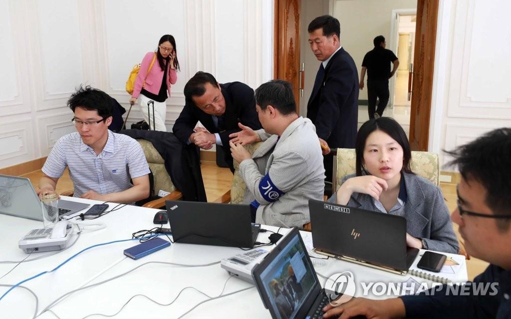 朝方接待国际记者团人员关注金特会被叫停