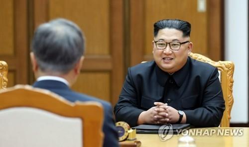 5月26日,在韩朝边境板门店朝方一侧统一阁,文在寅和金正恩再次面对面。(韩联社)