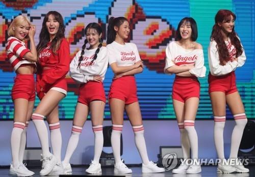 5月28日下午,在位于首尔市广津区的YES24 LIVE HALL,女团AOA举行第五张迷你专辑《BINGLE BANGEL》抢听会,并摆姿势供媒体拍照。(韩联社)