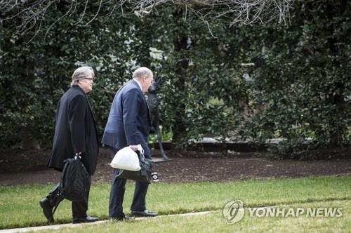 资料图片:右为美国白宫副幕僚长哈金。(韩联社/欧新社)