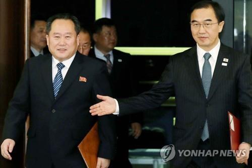 资料图片:韩国统一部长官为赵明均(右)与朝鲜祖国和平统一委员会委员长李善权(韩联社)