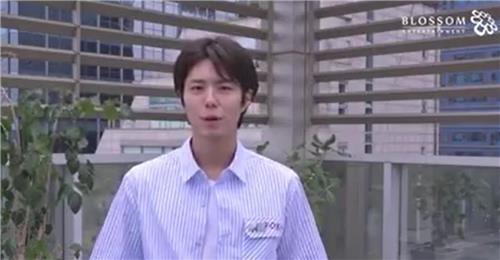 朴宝剑参与冰桶挑战视频截图(韩联社/BLOSSOM娱乐官方脸谱)