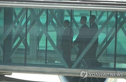 5月30日,在北京飞往纽约的航班登机入口,金英哲一行现身。(韩联社)
