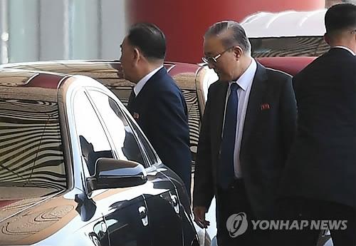 5月30日,朝鲜劳动党分管对韩事务的副委员长兼统一战线部长金英哲抵达北京首都机场,准备搭乘中国国际航空CA981航班飞往纽约。(韩联社/法新社)