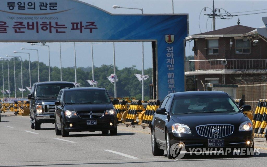 5月30日下午,在京畿道坡州市统一大桥,美方代表团成员在结束朝美工作磋商后乘车返回首尔。(韩联社)