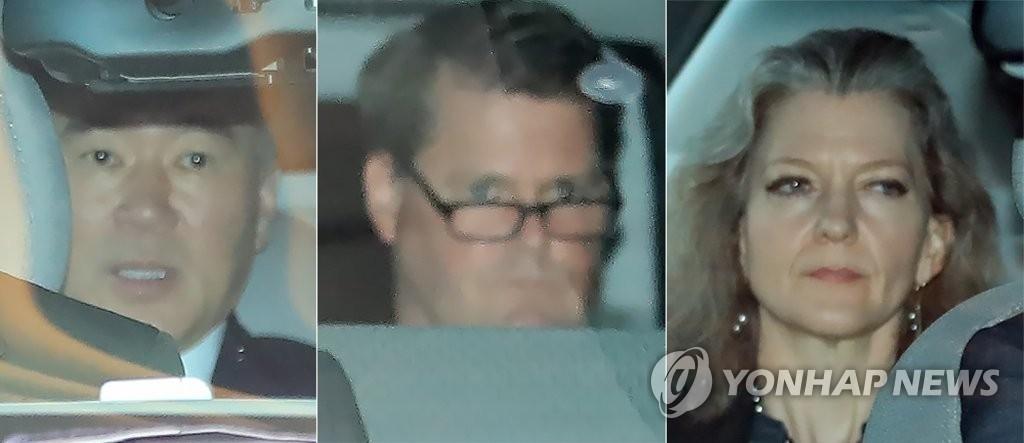 左起为美国驻菲大使金成、国防部分管亚太事务的助理部长兰德尔·施赖弗、国家安全委员会(NSC)韩半岛助理艾莉森·胡克。(韩联社)