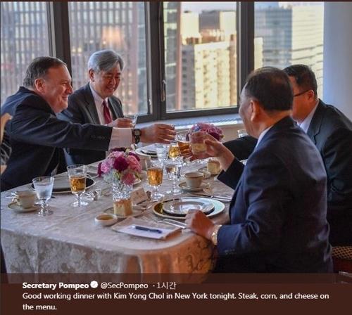 金英哲与蓬佩奥碰杯。(韩联社/美国务院推特截图)