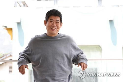 5月31日上午,在首尔钟路区一咖啡屋,演员成东镒接受采访前摆姿势供记者拍照。(韩联社)