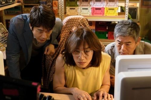 《侦探2》成东镒(右起)、李光洙、权相佑剧照(CJ娱乐提供)