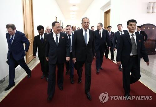 5月31日,在平壤,俄罗斯外长谢尔盖·拉夫罗夫(前排右二)同朝鲜外相李容浩一同前行。(韩联社/塔斯社)