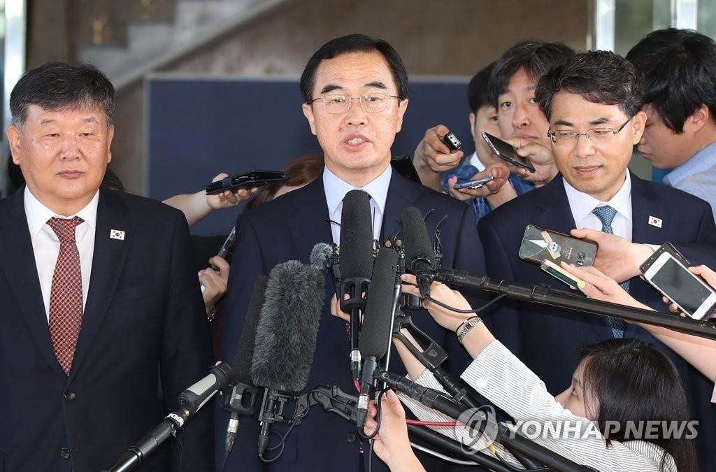 6月1日,在南北会谈本部,统一部长官赵明均接受记者采访。(韩联社)