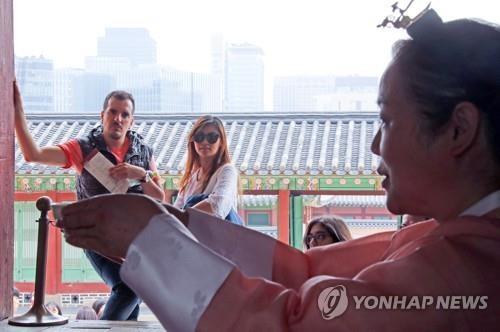 资料图片:访韩外国游客(韩联社)