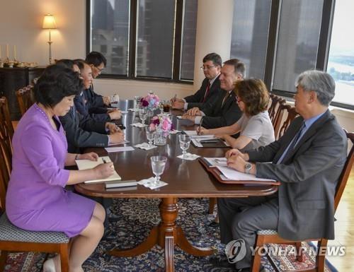 资料图片:当地时间5月31日,在纽约,蓬佩奥与金英哲举行朝美高级别会谈。(韩联社/美国国务院官网)