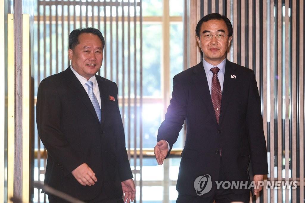 6月1日,在板门店韩方一侧,韩朝为落实首脑会谈共识举行高级别会谈。图为韩方首席代表赵明均(右)和朝方团长李善权准备步入会场。(韩联社)