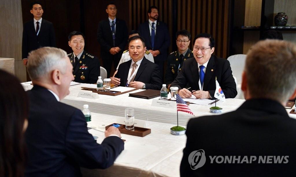 当地时间6月2日,在新加坡举行的第十七届亚洲安全会议暨香格里拉对话会上,韩国防长宋永武和美国防长马蒂斯举行会晤。(韩联社/国防部提供)
