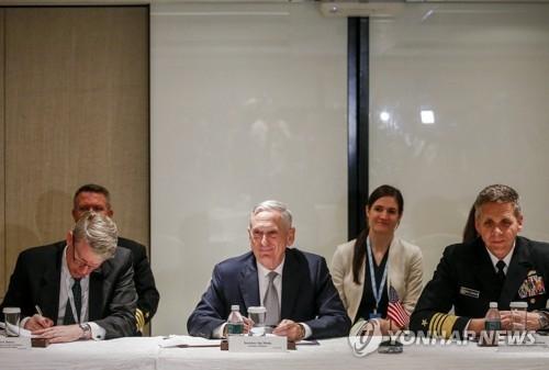 6月2日,美国防长马蒂斯(右三)在新加坡出席第十七届亚洲安全会议暨香格里拉对话会。(韩联社/欧新社)