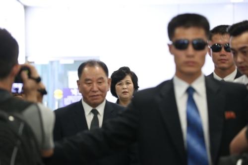 6月4日中午,在北京首都机场,朝鲜劳动党中央委员会副委员长兼统一战线部部长金英哲准备搭乘朝鲜高丽航空客机返回平壤。(韩联社)