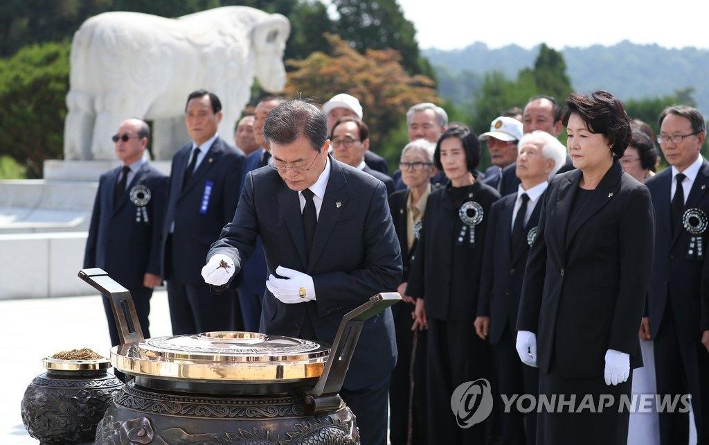6月6日上午,在大田显忠院,韩国总统文在寅出席第63届显忠日纪念仪式并在显忠塔前焚香参拜。(韩联社)