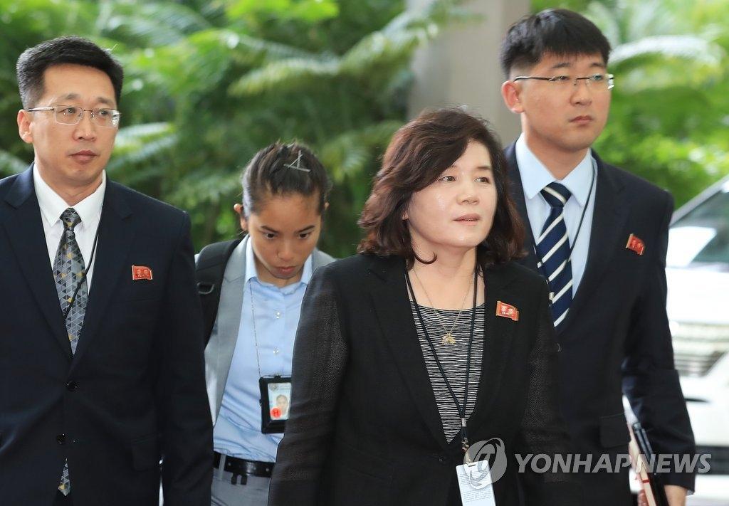 6月11日上午,在新加坡,朝鲜外务省副相崔善姬(最前)率团进入丽思卡尔顿美年酒店。(韩联社)