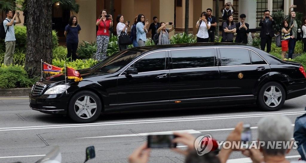 6月12日上午,在新加坡,朝鲜国务委员会委员长金正恩一行乘车离开瑞吉酒店,前往金特会会场——位于圣淘沙的嘉佩乐酒店。(韩联社)