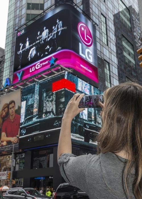 防弹少年团LG手机广告亮相纽约时代广场
