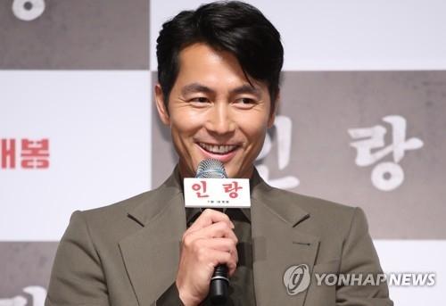 6月18日上午,在首尔市CGV星聚汇影城狎鸥亭店,演员郑雨盛出席电影《人狼》发布会并致辞。(韩联社)