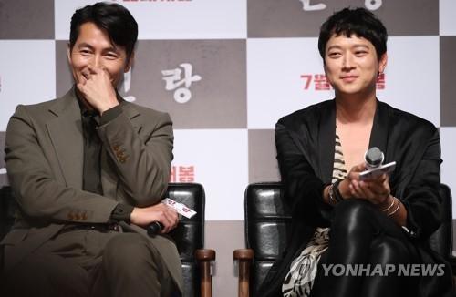 6月18日上午,在首尔市CGV星聚汇影城狎鸥亭店,演员郑雨盛(左)和姜栋元出席电影《人狼》发布会。(韩联社)