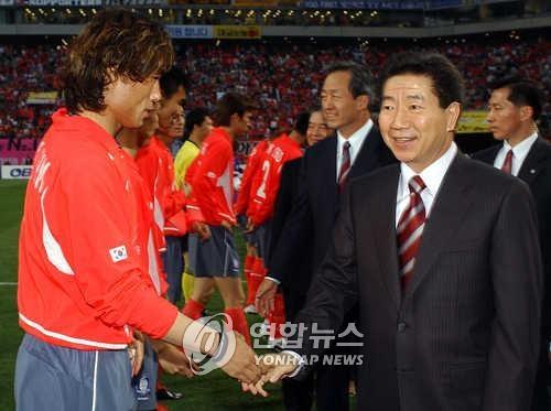 资料图片:卢武铉勉励球员。(韩联社)