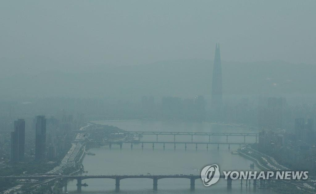 资料图片:首尔市区被雾霾笼罩。(韩联社)
