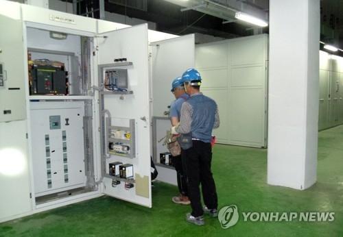 资料图片:6月19日,在朝鲜开城工业园区内的综合支援中心,设备人员正在对中心的机房设备进行检查。(韩联社/统一部提供)