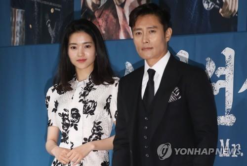 6月26日,在首尔江南区论岘洞Patio9,演员李炳宪(右)和金泰梨在tvN电视台新剧《阳光先生》发布会摆姿势供媒体拍照。(韩联社)