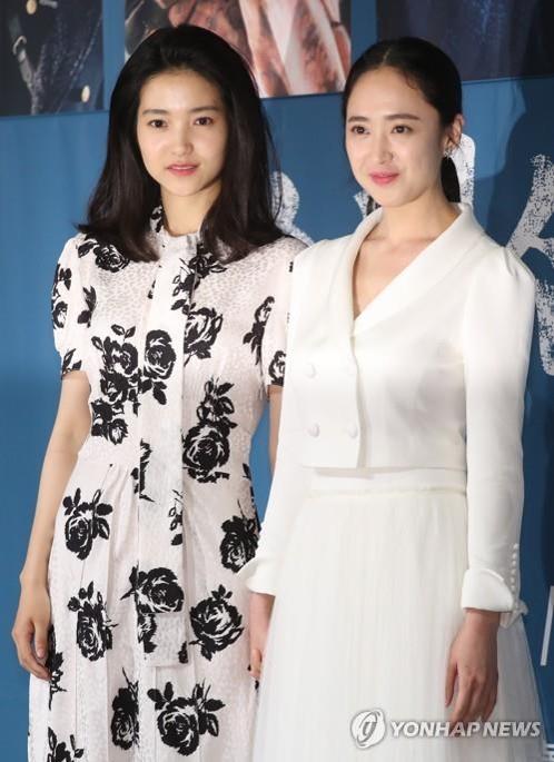 6月26日,在首尔江南区论岘洞Patio9,演员金泰梨(左)和金玟廷在tvN电视台新剧《阳光先生》发布会摆姿势供媒体拍照。(韩联社)