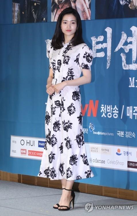 6月26日,在首尔江南区论岘洞Patio9,演员金泰梨在tvN电视台新剧《阳光先生》发布会摆姿势供媒体拍照。(韩联社)
