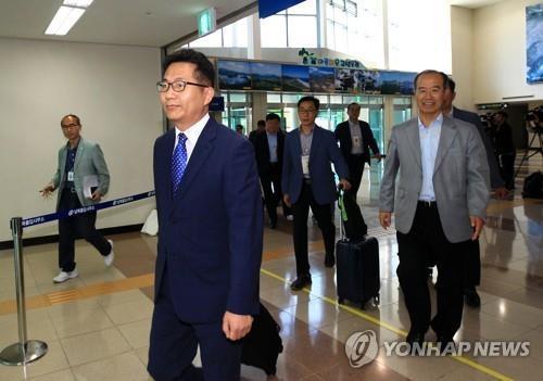 6月27日上午,在东海线南北出入境事务所,韩国统一部人道合作局局长金炳大率领考察团一行20人赴朝鲜金刚山考察。(韩联社)