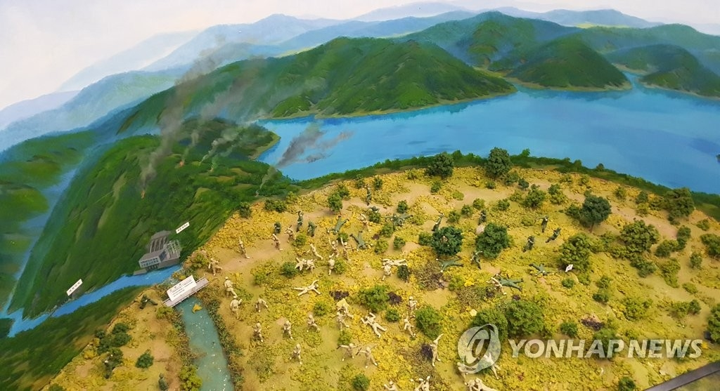 资料图片:破虏湖安保展馆的破虏湖战役模型(韩联社)