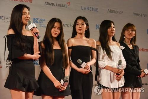 6月23日,在纽瓦克保诚中心,女团Red Velvet登台回答记者提问。(韩联社)