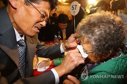资料图片:2015年10月离散家属团聚活动现场(韩联社)