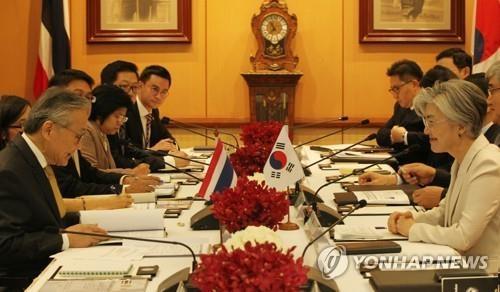 7月2日,在泰国,韩国外长康京和(右)同泰国外长敦‧帕马威奈举行会谈。(韩联社)