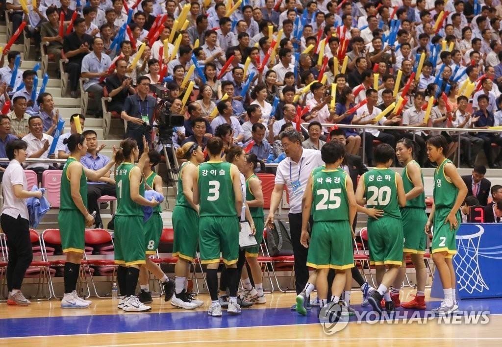 7月4日下午,韩朝统一篮球赛在朝鲜平壤柳京郑周永体育馆举行。图为身穿绿色球衣的繁荣队。(韩联社/联合摄影团)