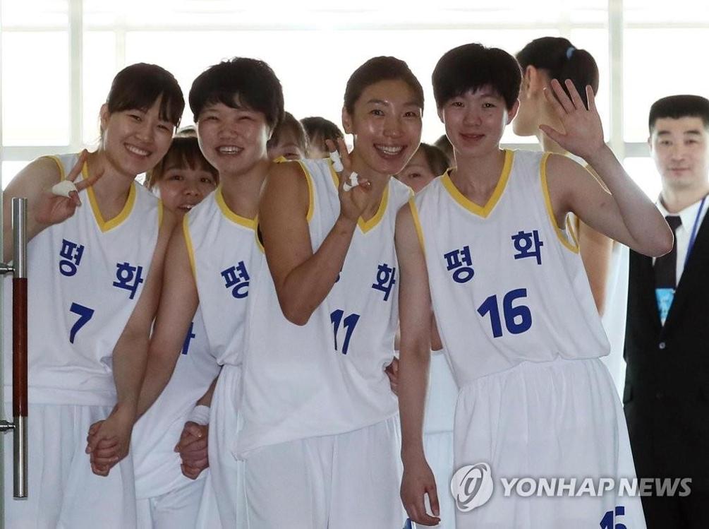 7月4日下午,韩朝统一篮球赛在朝鲜平壤柳京郑周永体育馆举行。图为身穿白色球衣的和平队向镜头招手示意。(韩联社/联合摄影团)